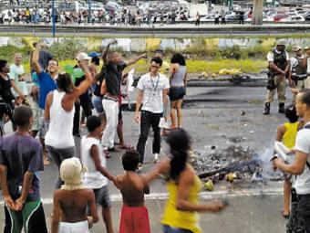 Manifesto em frente ao Detran deixou trânsito lento nas avenidas Paralela e Tancredo Neves - Foto: Thyara Araújo l Ag. A TARDE