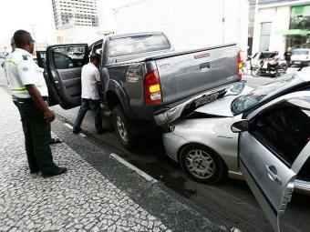 Condutor do Palio foi removido do veículo por pessoas que testemunharam a colisão - Foto: Luiz Tito   Agência A TARDE