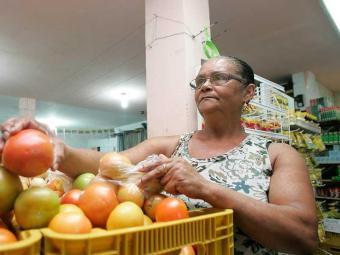 A dona de casa Maria Benta da Silva, 60, prefere pesquisar preços a cortar itens da cesta básica - Foto: Mila Cordeiro | Ag. A TARDE