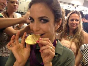 A cantora baiana chegou a morder a medalha olímpica conquistada pelas meninas do vôlei - Foto: Reprodução | Facebook
