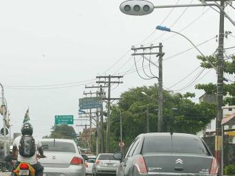 Condutores e pedestres devem ficar atentos nos dias chuvosos - Foto: Gildo Lima   Agência A TARDE