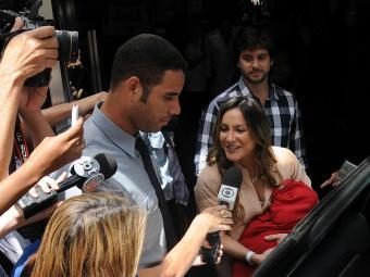 Cantora foi cercada pela imprensa e fãs ao deixar hospital com Rafael no colo - Foto: Angelo Pontes | Divulgação