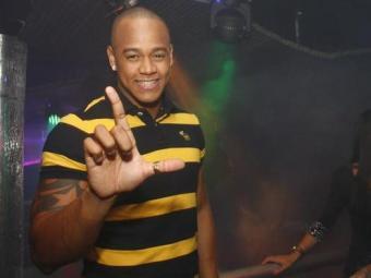 O cantor estava sem seu tradicional chapéu durante a festa - Foto: Rogério Produções | Divulgação
