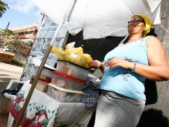 Joana vende mingau há 23 anos, quando se viu viúva e precisando cuidar do filho - Foto: Marco Aurélio Martins | Ag. A TARDE