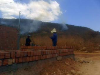 Brigadistas voluntários ajudam no combate aos focos de incêndio - Foto: Mirian Hermes | Ag. A TARDE