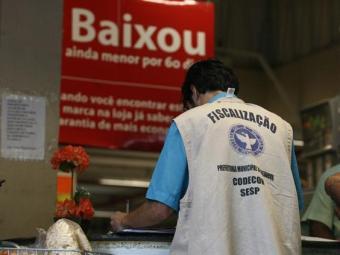 Fiscais encontraram diversos produtos vencidos no estabelecimento - Foto: Raul Spinassé | Ag. A TARDE