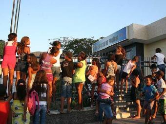Aglomeração de fãs na entrada da delegacia de Ruy Barbosa, onde músicos continuam presos - Foto: Reginaldo Pereira   Agência A TARDE
