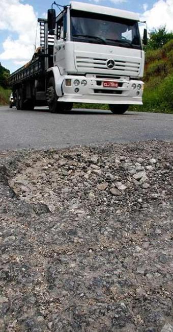 Má conservação das estradas do país faz com que aumentem os gastos com manutenção de caminhões - Foto: Mário Bittencourt | Agência A TARDE