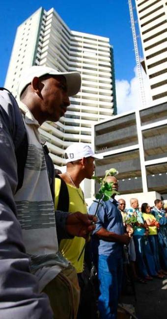 Operários prestam homenagem aos colegas mortos em acidente - Foto: Fernando Vivas | Ag. A TARDE