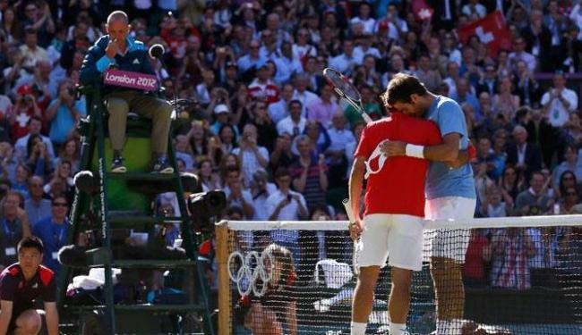 Emoção na quadra: finalista, Federer consola o argentino del Potro após a partida - Foto: Stefan Wermuth | Agência Reuters