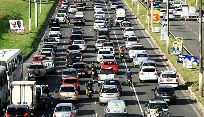 Trânsito intenso nas ruas de Salvador devido ao aumento da frota de veículos - Foto: Fernando Vivas | Agência A TARDE