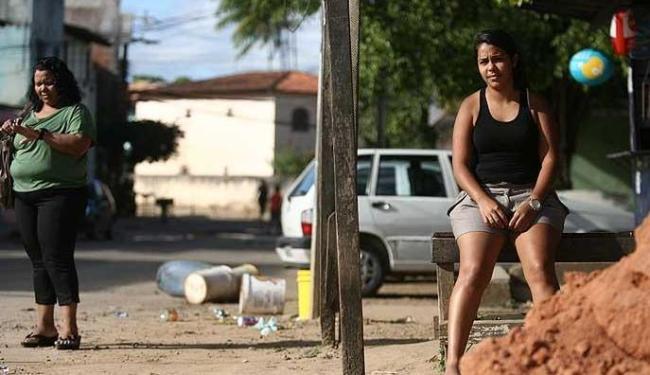 Moradores dos bairros limítrofes com a RMS sofrem com a demora do transporte coletivo - Foto: Raul Spinassé | Agência A TARDE