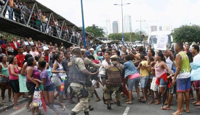 Na segunda-feira (30), moradores de Saramandaia fizeram um protesto contra a polícia - Foto: Luciano da Matta | Ag. A TARDE