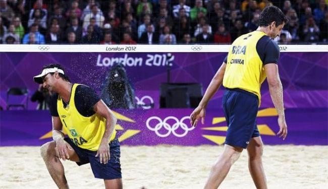 Brasileiros foram derrotados pelos alemães Julius Brink e Jonas Reckermann por 2 sets a 0 - Foto: Marcelo del Pozo | Agência Reuters