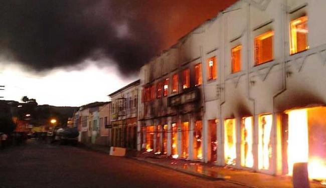 Fogo atingiu dois casarões. Cidade tombada não tem Corpo de Bombeiros - Foto: Alzira Costa | Agência A TARDE