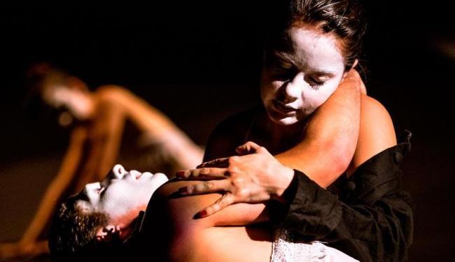 No espetáculo, Drácula não é representado por nenhum ator, e sim por recursos audiovisuais e sonoros - Foto: João Milet Meirelles| Divulgação