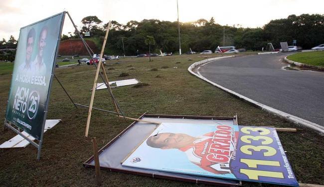 Canteiros das avenidas de Salvador são disputados centímetro a centímetro por candidatos à prefeitur - Foto: Lúcio Távora | Agência A TARDE
