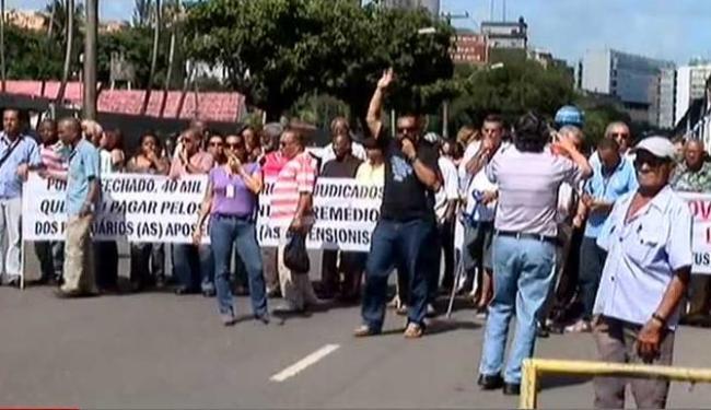 Durante o protesto, os trabalhadores interditaram uma via do Comércio - Foto: Reprodução | A TARDE TV