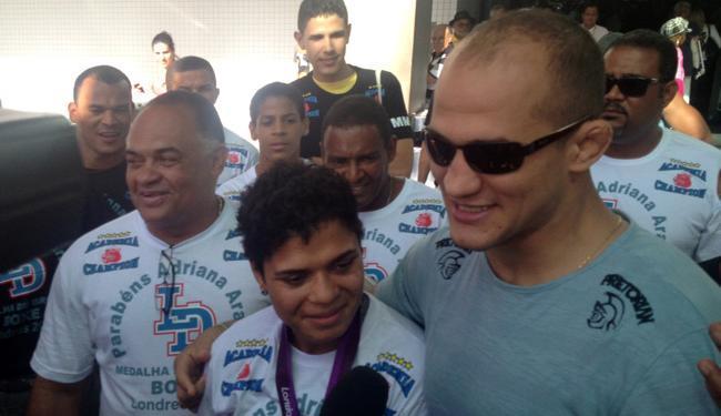 Adriana Araújo foi recebida pelo colega Júnior Cigano e pelo seu treinador, Luiz Dórea - Foto: Lucas Cunha   Ag. A TARDE