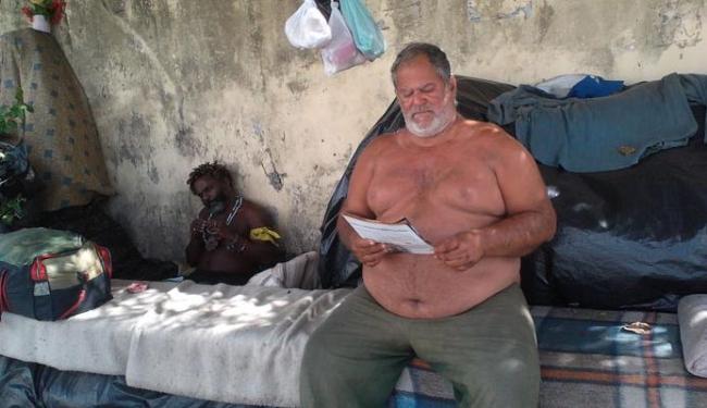 Alberto conta que encontrou nos livros uma maneira de passar o tempo de forma útil - Foto: Bárbara Silveira | Ag. A TARDE