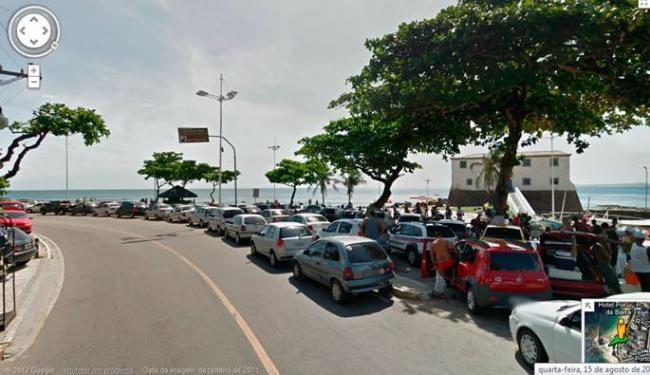 Sem estacionamento, banhistas estacionam ao longo da via - Foto: Reprodução   Google Street View