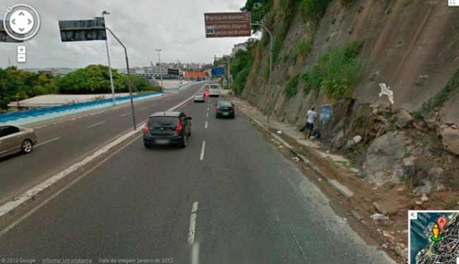 As câmeras flagraram um homem fazendo xixi na rua - Foto: Reprodução | Google Street View