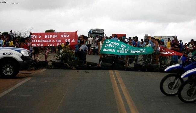 Moradores de Lamarão levaram faixas e queimaram pneus para chamar atenção das autoridades - Foto: Luiz Tito | Agência A TARDE