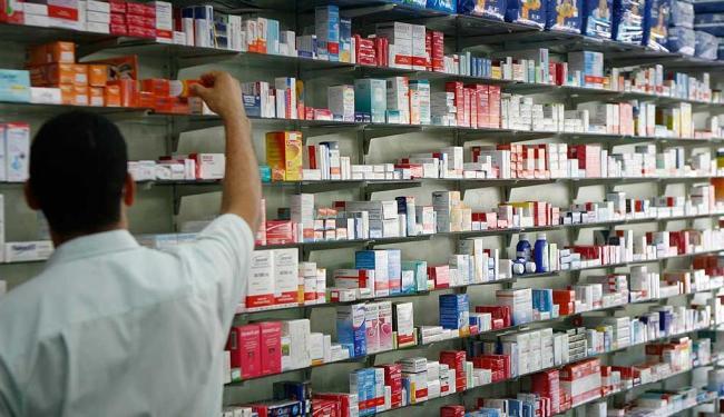 Balconistas dão orientações aos clientes em boa parte das farmácias de Salvador - Foto: Fernando Amorim | Agência A TARDE