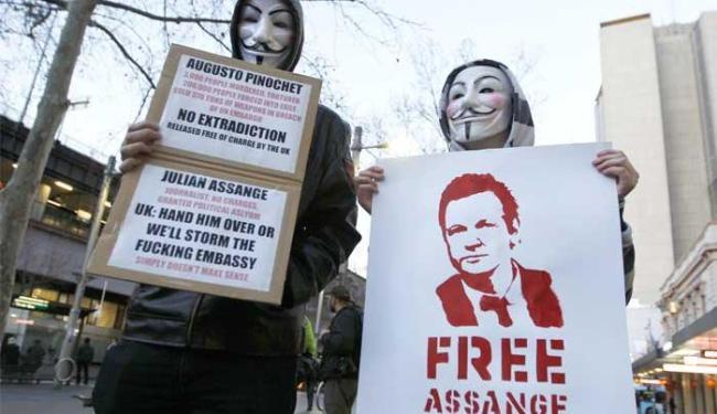 Defensores do fundador do WikiLeaks, Julian Assange, pedem que ele não seja extraditado à Suécia - Foto: Daniel Munoz | Agência Reuters