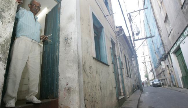 A Rua Ruy Barbosa e suas peculiares histórias Na foto: Firmino Cardoso é barbeiro há mais de 60 anos - Foto: Mila Cordeiro   Ag. A TARDE