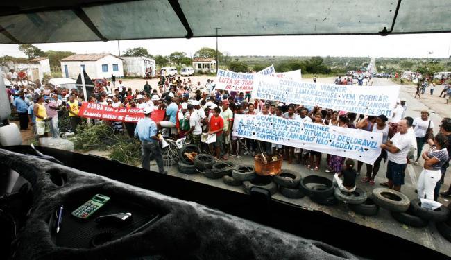 Moradores de Lamarão fecharam BR 116 por quatro horas - Foto: Luiz Tito/Agência A Tarde