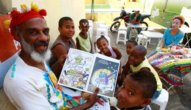 A Biblioteca-Móvel leva todos os domingos uma leitura para um bairro de Salvador - Foto: Lucio Távola| Ag. A TARDE