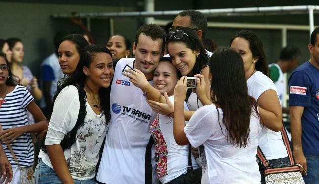 Ator Rodrigo Andrade curte o forte assédio das meninas baianas - Foto: Luciano da Matta | Ag. A TARDE