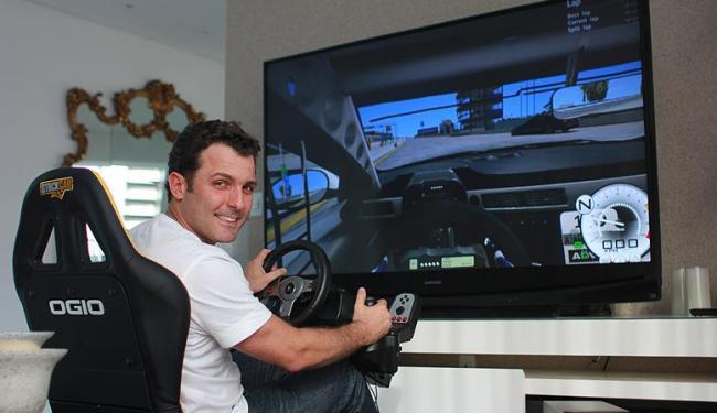 Com acesso proibido na pista do CAB até sábado, Patrick aprimora forma no simulador - Foto: Assessoria de Patrick Gonçalves / Divulgação