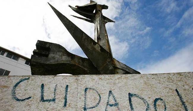 A escultura Metamorfose, de Calazans Neto, está se deteriorando na subida para o Abaeté, em Itapuã - Foto: Marco Aurélio Martins | Agência A TARDE