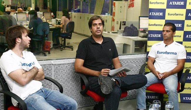 Max Wilson (1º à dir.) esteve no estúdio da A Tarde TV com o companheiro de equipe Ricardo Maurício - Foto: Marco Aurélio Martins | Ag. A Tarde