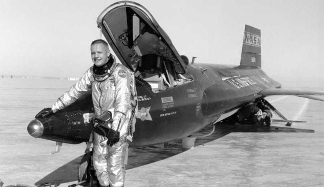 Neil Armstrong posa com uma aeronave X-15, na Califórnia - Foto: Arquivo da Nasa   Agência Reuters