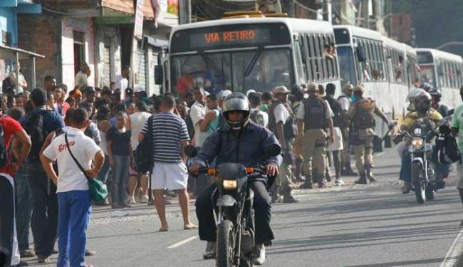 Manifestantes reclamam que ônibus não param no ponto - Foto: Marco Aurélio Martins   Ag. A TARDE