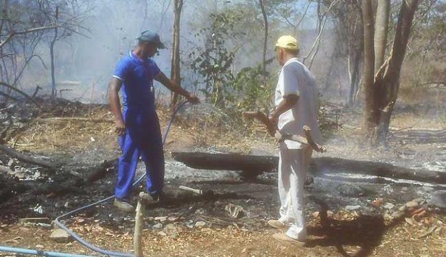 Brigadistas lutam contra os focos de incêndio que se espalham na região da Serra do Mimo - Foto: Miriam Hermes | Agência A TARDE