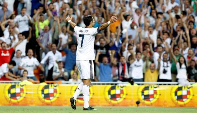Cristiano Ronaldo comemora segundo gol do Real com a torcida do Bernabeu - Foto: Alberto Martín/Agência EFE