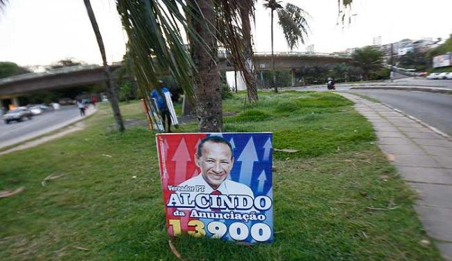 Candidatos estão exagerando na dose e descumprindo legislação ao espalhar placas por toda cidade - Foto: Margarida Neide   Agência A TARDE