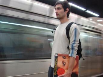 Arthur Scovino com os elepês de Gal Costa no metrô do Rio de Janeiro - Foto: Marcy Vanucci   Divulgação