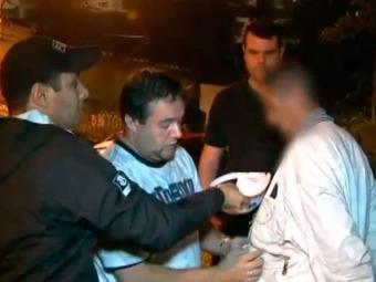 Policiais levam flanelinha detido em São Paulo - Foto: Reprodução