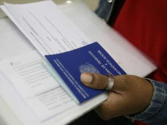 É necessário levar RG, CPF, carteira de trabalho, comprovante de residência - Foto: Erik Sales | Arquivo | Ag. A TARDE
