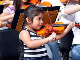 É a primeira vez que a garota, filha de um casal de músicos, tem contato com uma ópera - Foto: Divulgação