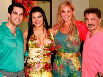 Juliane ao lado da família do noivo, o cineasta Michell Moraes - Foto: Divulgação
