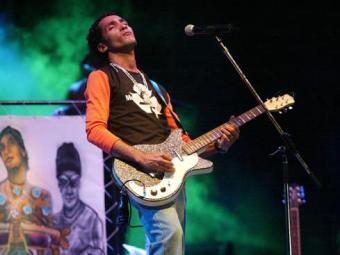 O reggae baiano, que tem representantes como o cantor Sine Calmon, é analisado na coleção - Foto: Edmar Melo | Ag. A TARDE | 26.09.2004