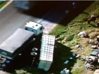 A carreta continua no acostamento mas não atrapalha o trânsito na região - Foto: Reprodução | TV Record
