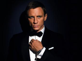 Aston Martin preto, conduzido por Daniel Craig em