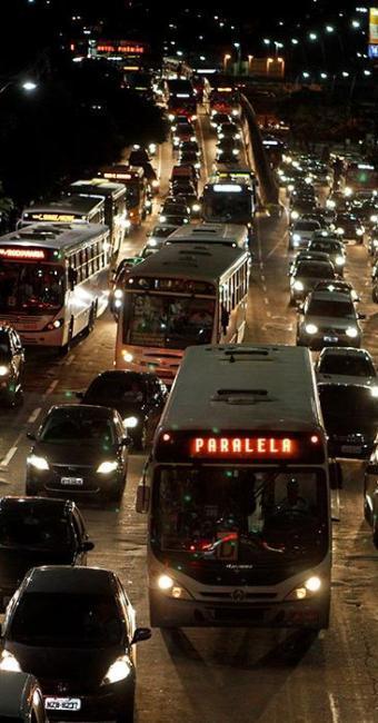 Ponto estratégico na ligação entre áreas da cidade, a Av. Tancredo Neves tem trânsito caótico - Foto: Eduardo Martins | Ag. A TARDE